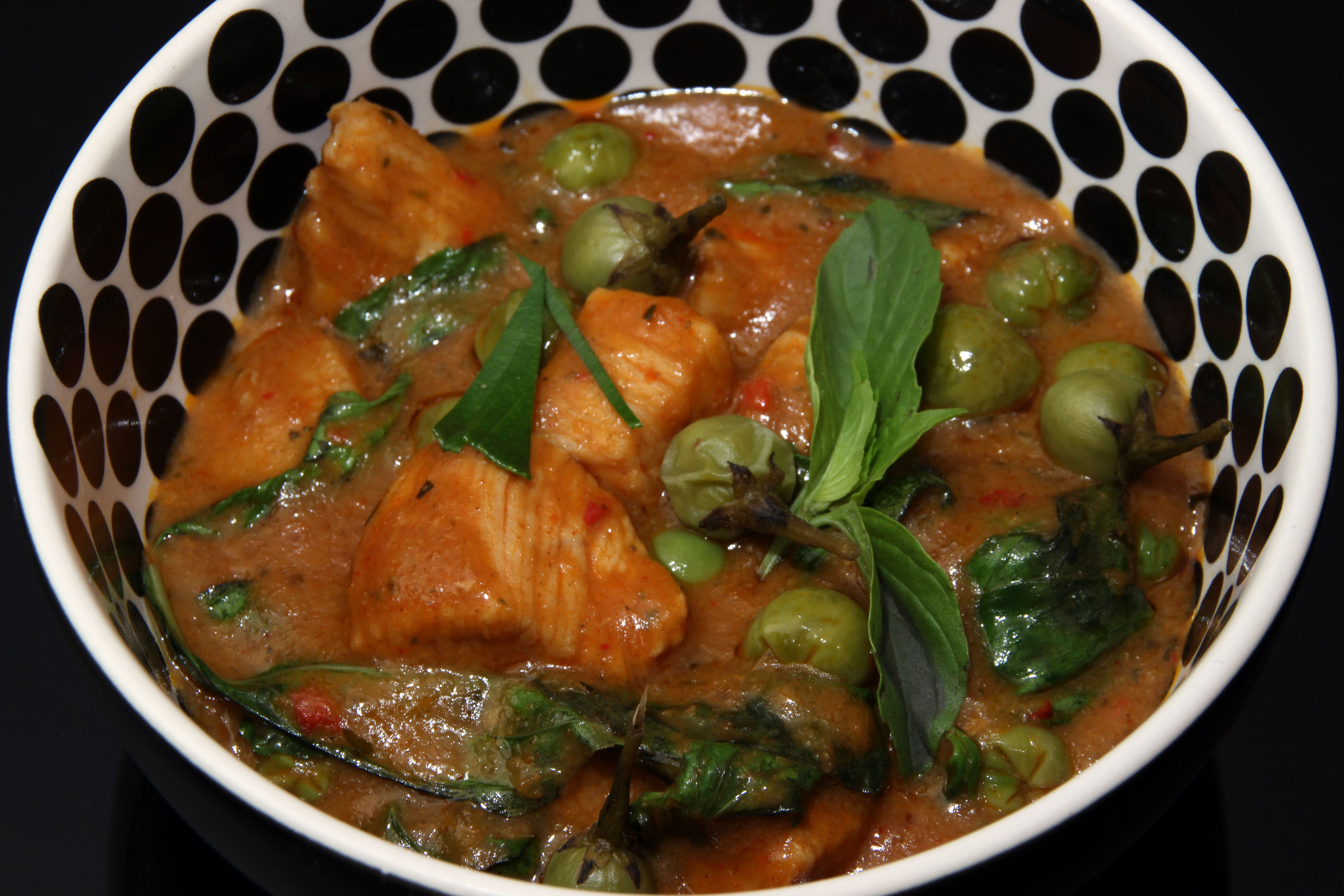 Gai Pad Prik Phauw – Rotes Hühnchencurry mit Thai-Auberginen ...