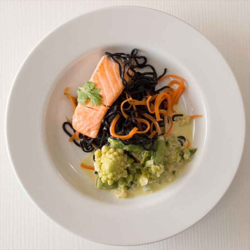 schwarze nudeln mit lachs und grünem curry4