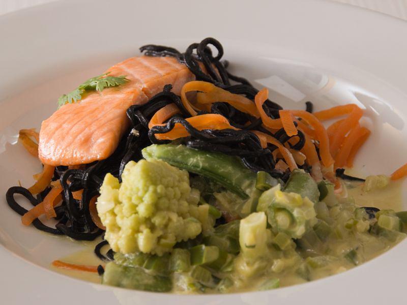 schwarze nudeln mit lachs und grünem curry5