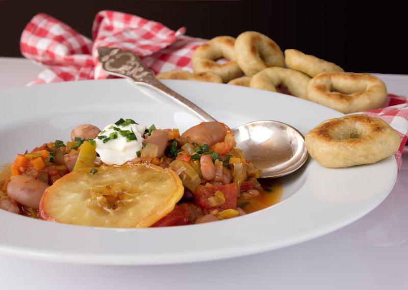 bohnensuppe mit bratapfel und taralli