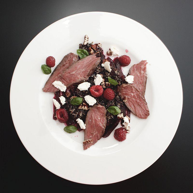 Onglet sous vide mit schwarzer Quinoa, Roter Bete und Himbeere